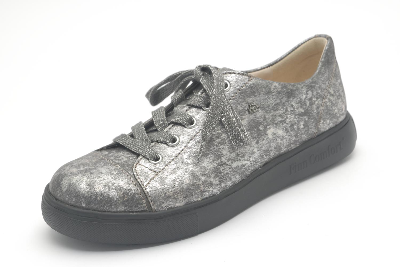 Mestre, vlotte sneaker met lange sluiting. Specifiek voor de bredere voeten.