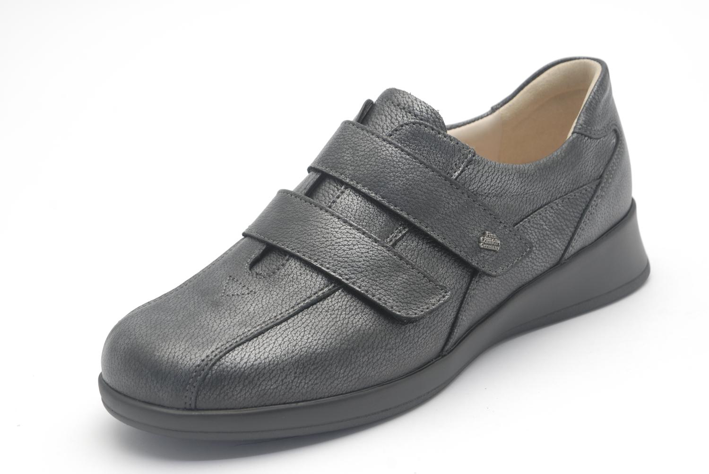 Klitband schoenen met slanke hielpartij maar veel toebox dat wil zeggen veel ruimte voor uw teenpartij. uiteraard voorzien van uitneembare voetbedden zodat uw eigen inlegzolen mooi passen.
