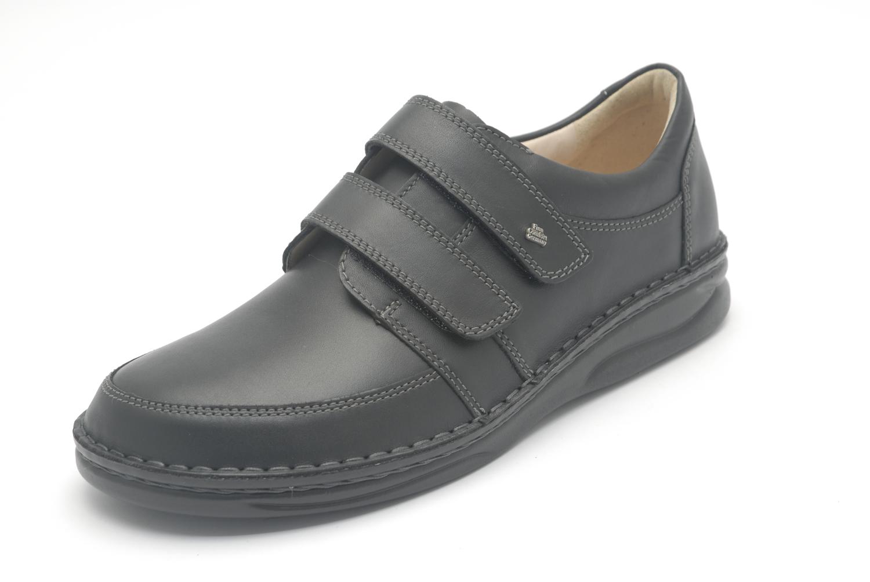 Moeite met veters strikken, door de brede klitbandsluiting blijft deze schoen uitstekend aan uw voeten.