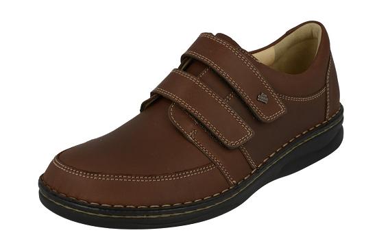 De Wicklow van FinnComfort bewijst bij ons al jaren dat de pasvorm fenomenaal te noemen is. Door middel van de 2 bredere klitbanden geeft deze schoen veel stabiliteit in het dragen. Uiteraard voorzien van losse voetbedden en huidvriendelijke kalfsleren voering.