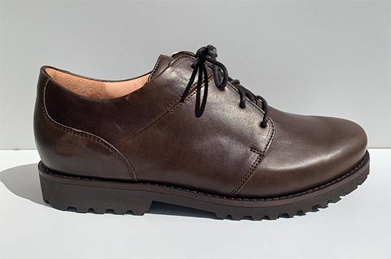 Bruin leren heren schoenen met uiterst lichte profiel zolen.