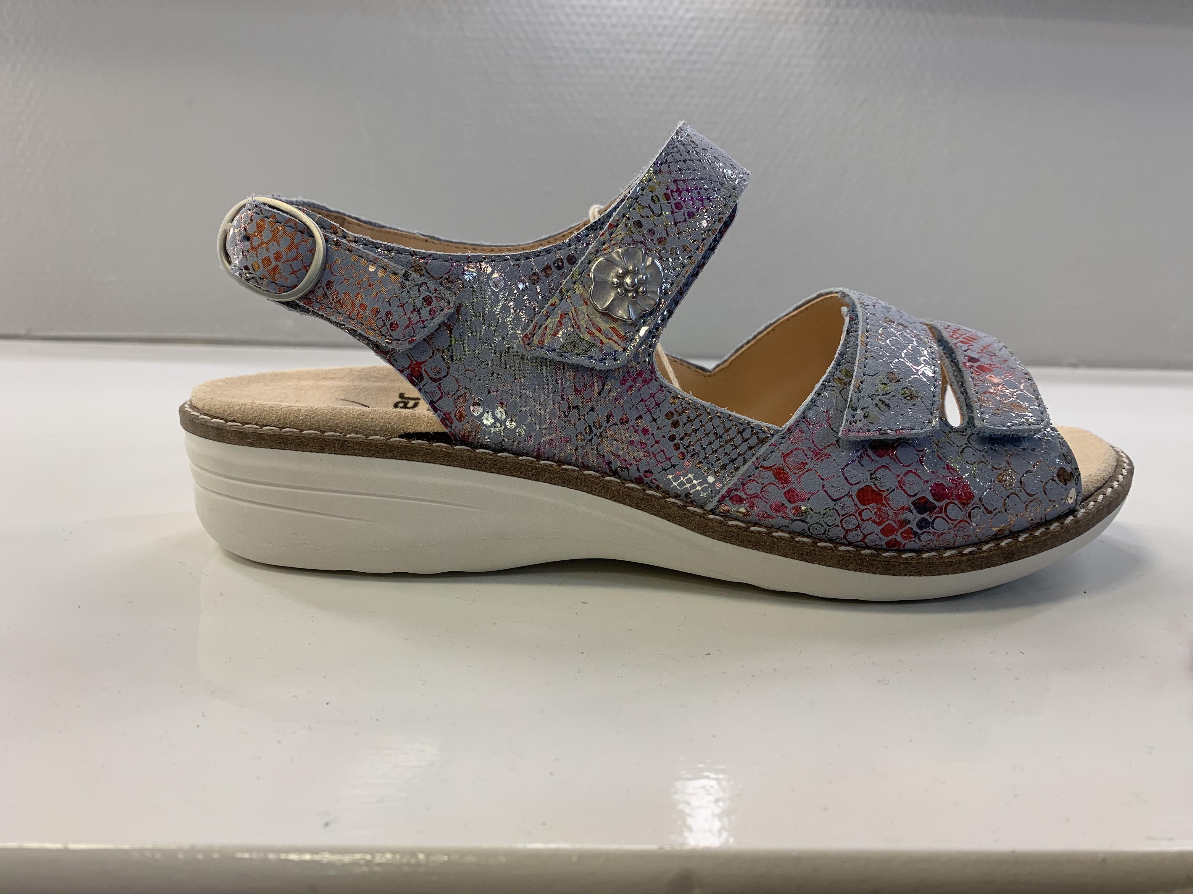 Ganter sandaal, voorzien van kurk voetbed welke is bekleed met huidvriendelijk leer, 2.5 cm.hak en verstelbare banden.