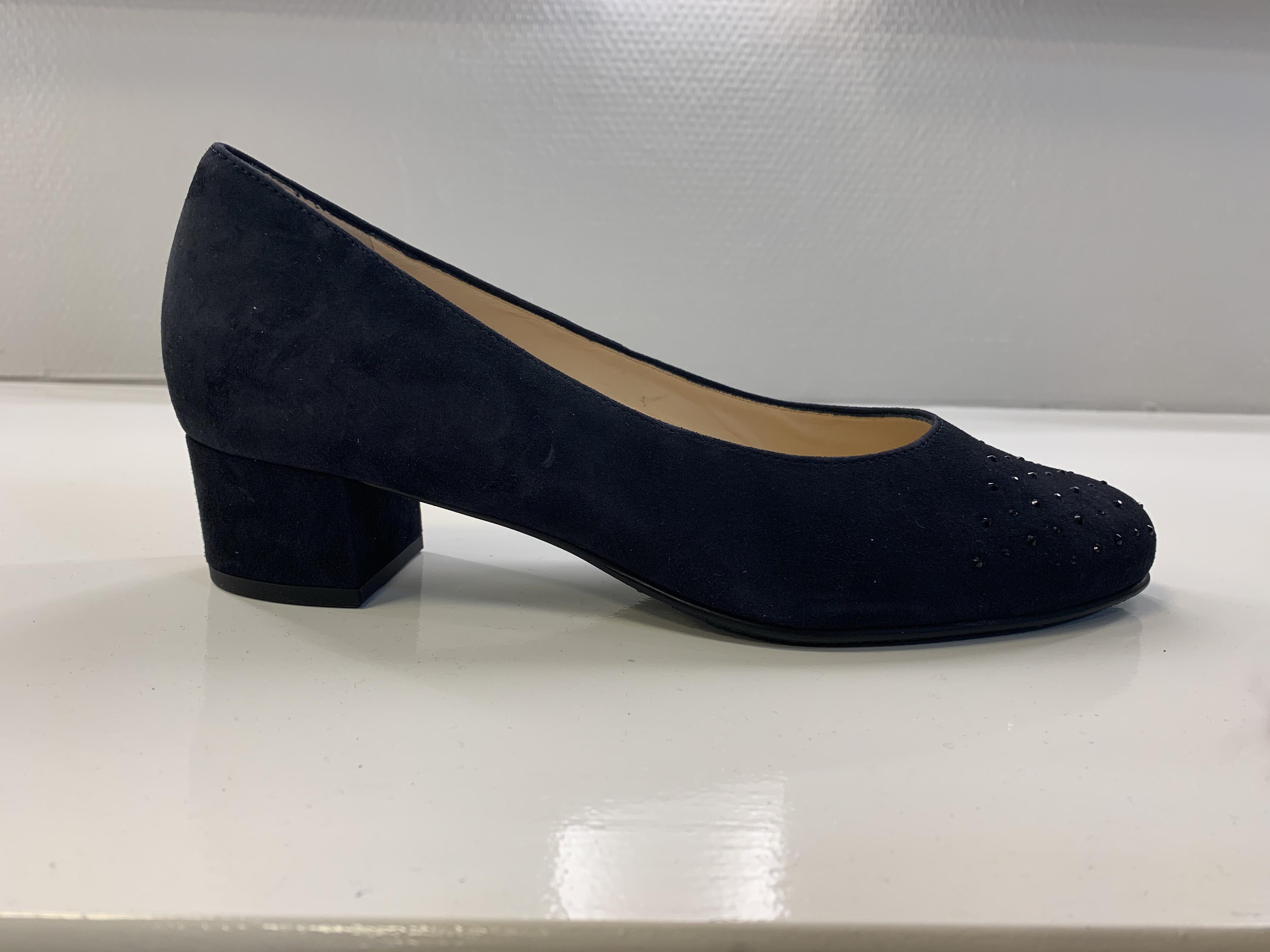 Blauwe suede Hassia pump met 3 cm hak. De neus van de schoenen is voorzien van Swarowski stenen. Schoenen zijn gevoerd met huidvriendelijk kafsleer. Uiteraard zijn de pump voorzien van uitneembare voetbedden.